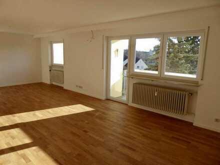 Vollständig renovierte Wohnung mit vier Zimmern, 2 Balkonen und Loggia in Nürnberg