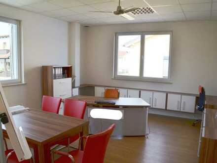 Erstbezug Büro-Praxis-Räume in einem Geschäftsgebäude in Stammham.
