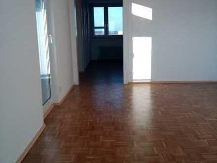 Schmuckstück! Sonnige, frisch renovierte 2,5 Zimmer-Wohnung zum Wohlfühlen mit Balkon