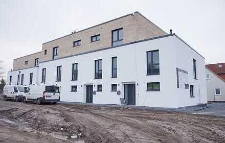 RONNENBERG OT EMPELDE: Hochw. Reihenmittel-Stadthaus mit Gartenanteil und Carport / NEUBAU 2018