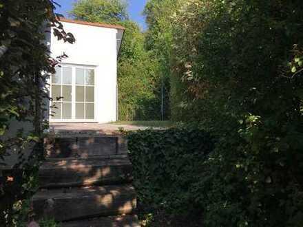 Stilvolle, neuwertige 5 Raum - Terrassenwohnung mit Balkon und Einbauküche in Leonberg