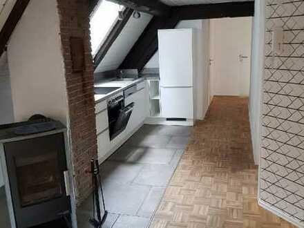 Geräumige und vollständig renovierte 2,5-Zimmer-DG-Wohnung mit Einbauküche in Weismain