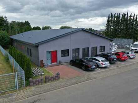 Neuwertige Produktionshalle mit Büro, Ausstellung, Freifläche
