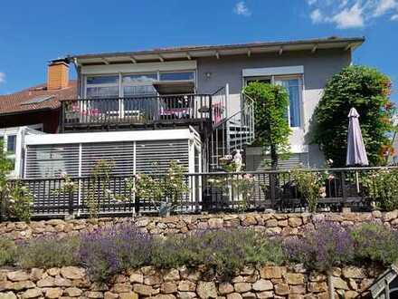 Freistehendes Einfamilienhaus mit ELW, Wintergarten und excl. Garten mit Naturschwimmteich