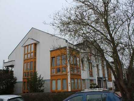 Kapitalanlage mit Potenzial! Vermietete 3-Zimmer-Dachgeschosswohnung + Außenstellplatz!