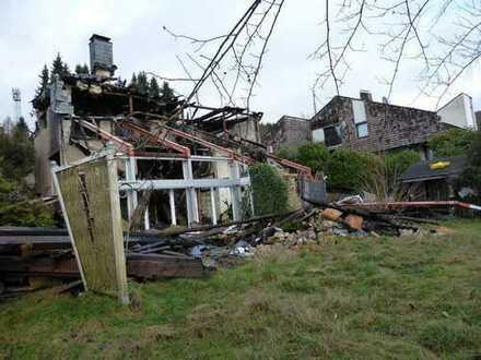 Sonniges Baugrundstück in ruhiger Top-Lage mit abrissreifem Wohnhaus nach Brandschaden