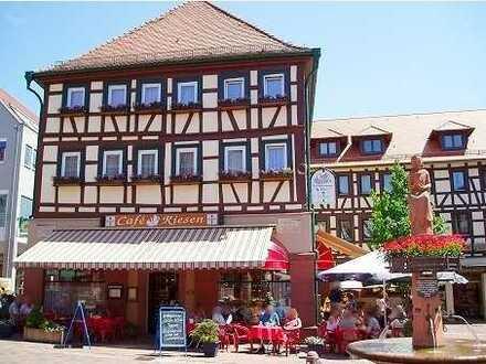 Bekanntes Cafe mit Konditorei, 10 Fremdenzimmern und großer Wohnung im Zentrum von Buchen