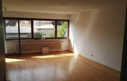 Gepflegte 5-Zimmer-EG-Wohnung mit Balkon und Einbauküche in Schönaich