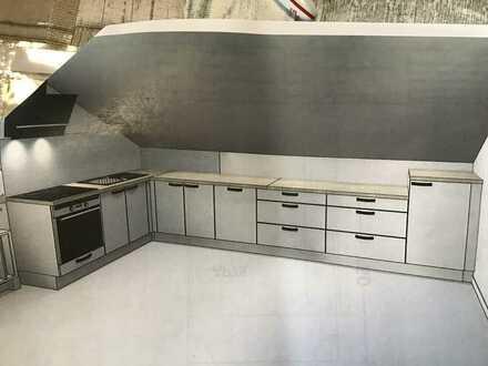 Neuwertige DG-Wohnung mit zwei Zimmern und Einbauküche in Hamm/Sieg