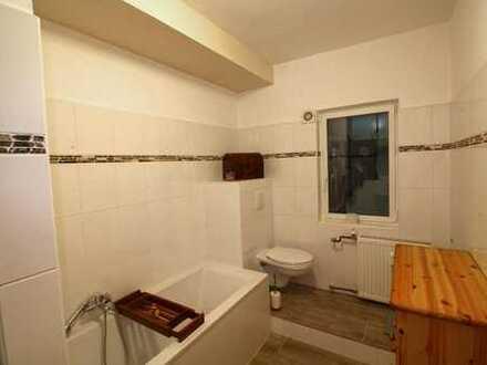 Schöne Altbauwohnung mit neuem Badezimmer und Dachterrasse