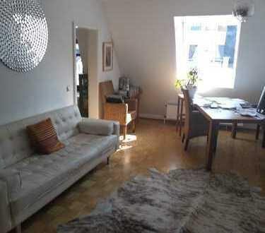 Stilvolle 2-Zimmer-DG-Wohnung mit Einbauküche in Frankfurt