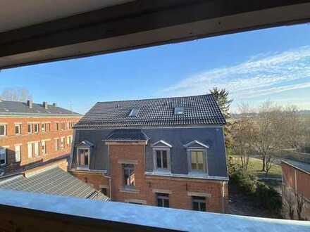 Große Loggia zum Wiesengrund: 2,5 Zimmer-Dachgeschoss-Wohnung direkt in der City