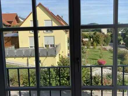 Gepflegte 2-Raum-Dachgeschosswohnung mit Balkon und Einbauküche in Gebsattel