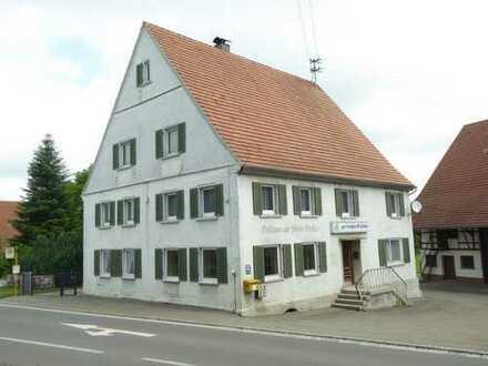Wohn- und Geschäftshaus mit 10 Garagen, diversen Stellplätzen und Scheune