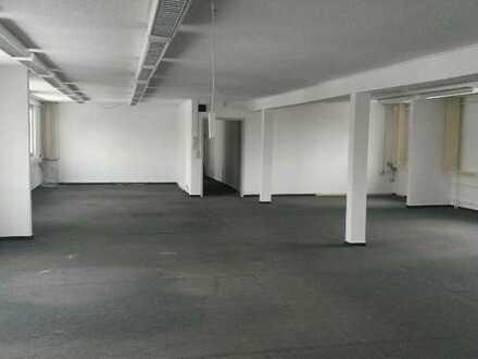 Große Gewerbeeinheit mit 1 großen Büro und 3 kleinen Büros