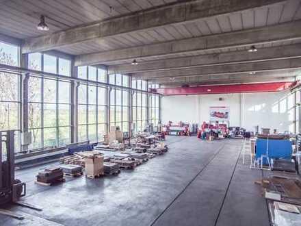 Große veglaste Produktionshalle mit Büroräumen und Freifläche