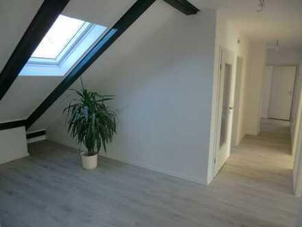 Modernisierte 4-Raum-Dachgeschosswohnung mit Balkon und Einbauküche in Hannover
