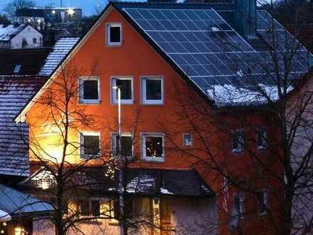 Erstbezug nach Sanierung: 4-Zi-Wohnung im OG mit EBK und 125qm Dachterrasse zu vermieten