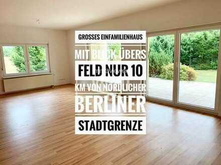 Großes Einfamilienhaus mit Blick aufs Feld vor den Toren Berlins