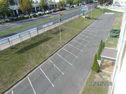Große Freiflächen / Parkplätze mit Büro und Halle