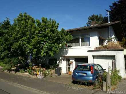 Großzügiges Einfamilienhaus mit barrierefreier Einliegerwohnung und zwei Garagen in ruhiger Feldrand