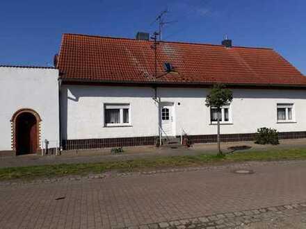Bauernhaus mit Vierseitenhof: Haus, Stall, Scheune