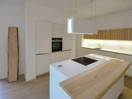 großzügige und luxuriöse 3-Zi.-Wohnung mit Balkon und hochwertiger EBK