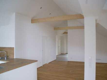Exklusive, großzügig geschnittene 4-Zimmer-DG-Wohnung, zentral und ruhig gelegen