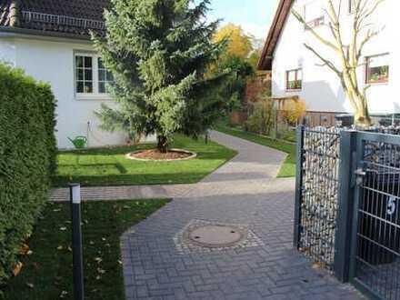 Stilvolle, neuwertige 3-Zimmer-DG-Wohnung mit Balkon, EBK und 200qm Garten in attraktiver Villa