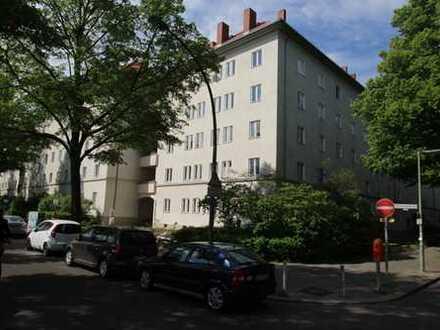 Bezugsfreie Familienwohnung mit weitem Blick, großer Loggia und Gestaltungspotential in Friedenau