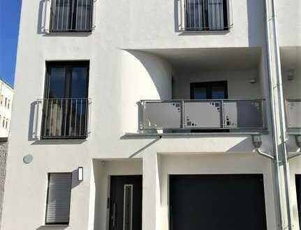 Stadthaus -5Zi.,Küche, Kamin,Terrasse,Balkon,Gäste WC im EG -Wanne-Dusch-Bad im 1OG, Duschbad im 2OG
