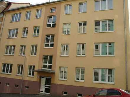 Erschwingliche und modernisierte Wohnung mit zwei Zimmern und Balkon in Plauen