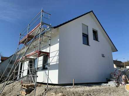 KNIPFER IMMOBILIEN - Neubau Einfamilienhaus mit Doppelgarage in Zusmarshausen zum Kauf!