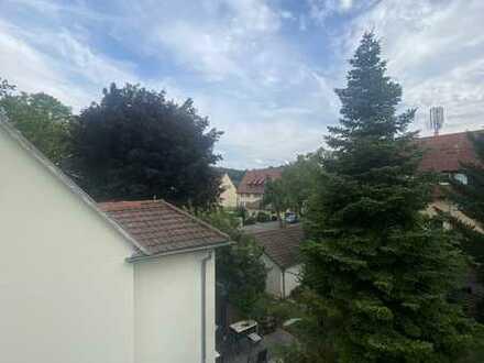 Sanierte Dachgeschosswohnung mit drei Zimmern sowie Balkon und EBK in Stuttgart Luginsland