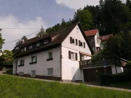 Sanierungsbedürftiges Zweifamilienhaus in guter Lage in Schönmünzach