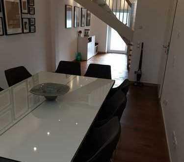 Stilvolle, geräumige und neuwertige 4-Zimmer-Wohnung mit Balkon und Einbauküche in Friedberg