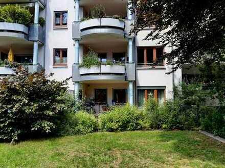 Zentral und ruhig wohnen: Sehr schöne 2-Zimmer-Wohnung mit Einbauküche und Terrasse