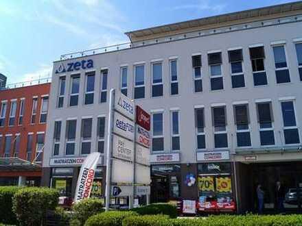 Großzügige Ladenfläche mit hellen Schaufensterfronten