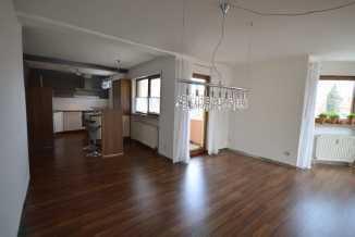 Vollständig renovierte Wohnung mit zwei Zimmern sowie Balkon und Einbauküche in Neumarkt