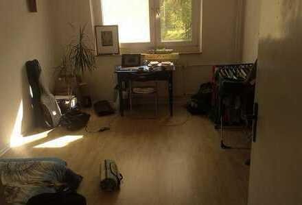 sonniges ruhiges Zimmer mit netter Mitbewohnerin zentrale Lage