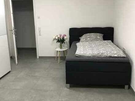 Möbiliertes Zimmer mit Tageslichtbad und EBK