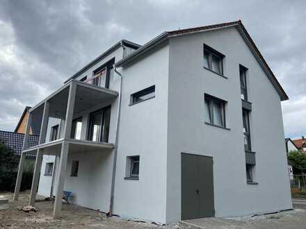 Neubau DG- Wohnung BJ 2021- mit Aufzug, Einbauküche, 2 Bäder, Balkon und Garage