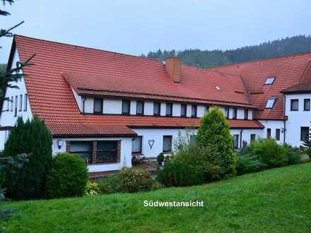 3- Sterne Hotel in bester Thüringer Urlaubsregion mit Außenterrasse und Bergblick.