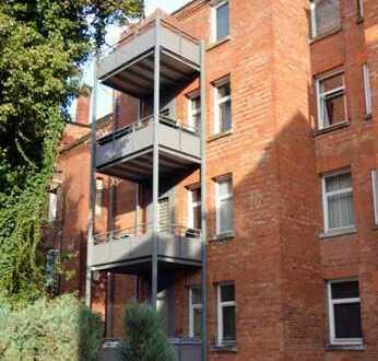 Zentrale 3 Zimmer-Altbau-Wohnung im Erdgeschoss mit Balkon