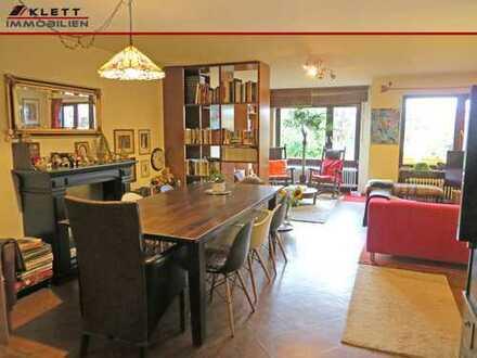 Fast ein Reihenmittelhaus: 4-Zimmer-Maisonette-Wohnung mit Gartenanteil und Tiefgaragenstellplatz