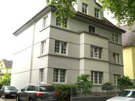 Wunderschöne, kernsanierte 3 Zimmer Wohnung in zentral gelegener Stadtvilla