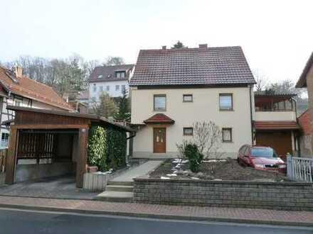 Einfamilienhaus mit Grundstück, Garage, Carport und Garten