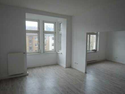 Helle, frisch renovierte Altbauwohnung mit Wohnküche und kleinem Balkon