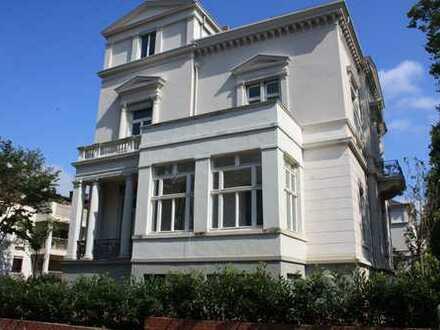 ERSTBEZUG nach Kernsanierung - großzügige gemütliche DG-Wohnung mit EBK+Balkon+Ausblick zum Taunus