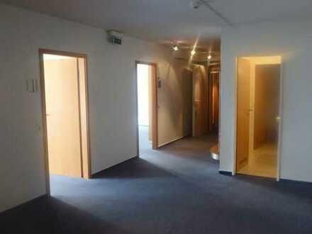 Helle Büroräume mit Ausblick auf den Staugraben